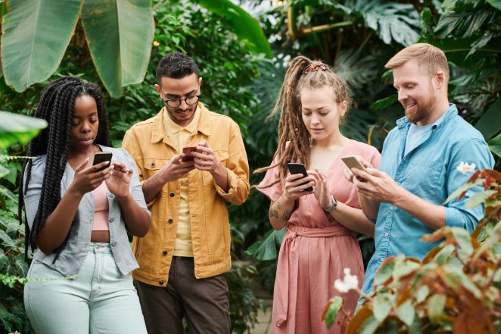 Pessoas utilizando o Plano Vivo Controle no celular